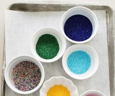Jak zrobić kolorowy cukier ozdobny naturalnym sposobem?