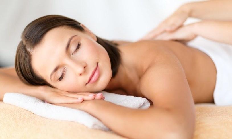 Jak zrobić masaż pleców? /123RF/PICSEL