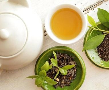 Jak zrobić napój z zielonej herbaty, mięty i pomarańczy na odchudzanie?