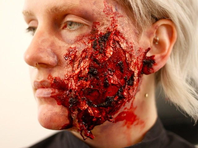 Jak zrobić sztuczną ranę na Halloween? /© Photogenica