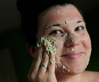 Jak zrobić tonującą maseczkę do twarzy z sody oczyszczonej i ogórka?