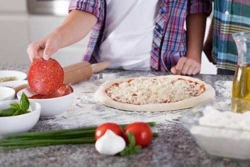 Jak zrobić w domu pyszną pizzę? /East News