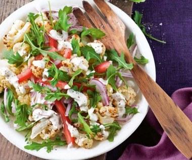 Jak zrobić wegańską sałatkę z pieczoną papryką?