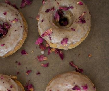 Jak zrobić wegańskie, pieczone pączki z wodą różaną?