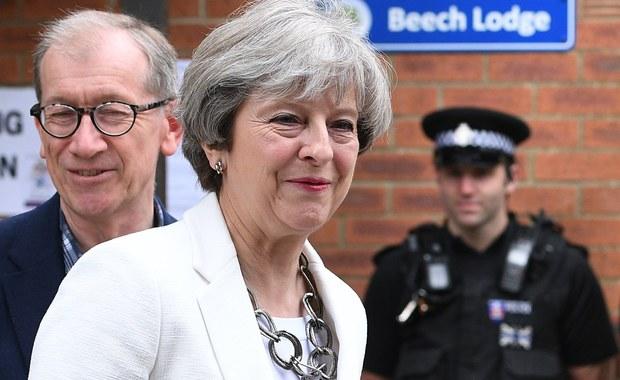 Jaka przyszłość czeka brytyjską premier? Opublikowano nowe sondaże