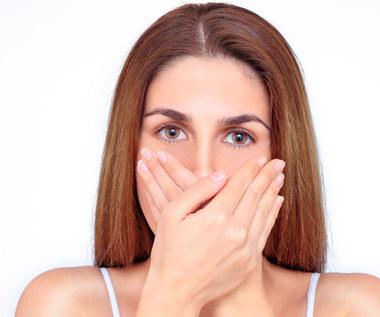 Jakie choroby objawiają się nieprzyjemnym zapachem z ust?