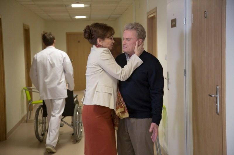 Jakież będzie zdziwienie Arkadiusza, gdy jego żona rzuci mu się na szyję i wpije w usta? /Agencja W. Impact