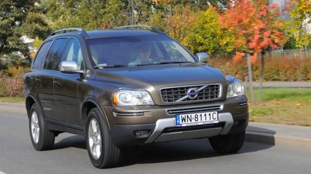 Jako jeden z nielicznych SUV-ów XC90 ma poprzecznie umieszczony silnik, co utrudnia naprawy i pogarsza zwrotność, ale przekłada się na dużą przestronność kabiny. /Motor