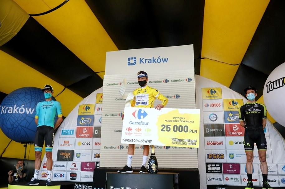 Jakob Fuglsang, Remco Evenepoel i Simon Yates na podium / Grzegorz Momot    /PAP