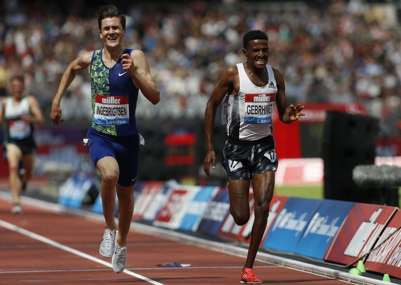 Jakob Ingebrigsten i Hagos Gebrhiwet walczą na finiszu biegu na 5000 m /AFP