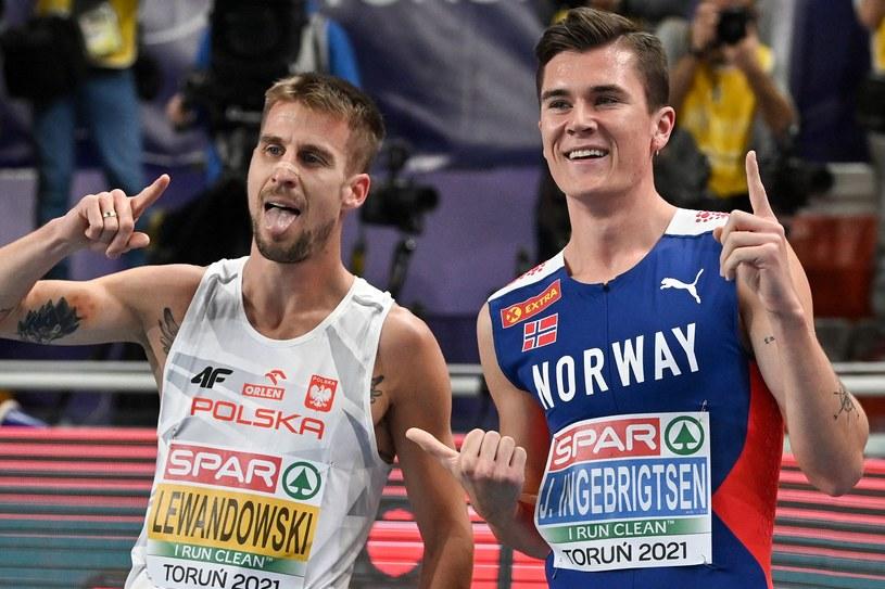 Jakob Ingebrigtsen i Marcin Lewandowski tuż po biegu na 1500 m podczas HME w Toruniu /ANDREJ ISAKOVIC /AFP