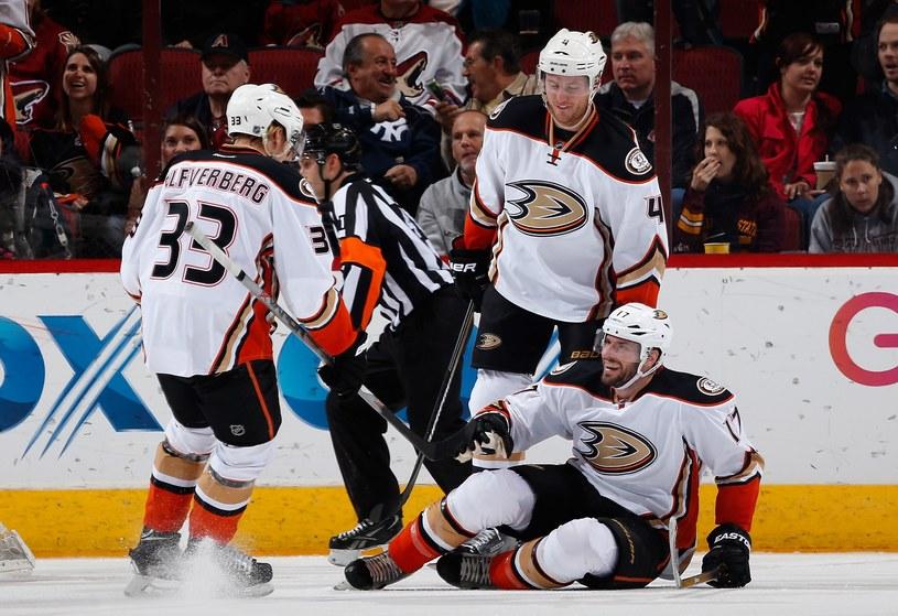 Jakob Silfverberg (numer 33) był jednym z bohaterów Anaheim Ducks /AFP