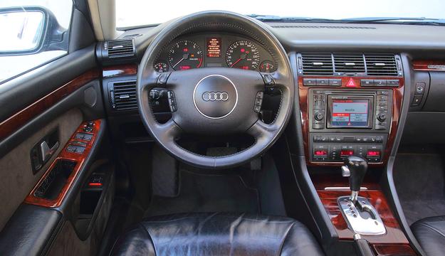 Jakość elementów wnętrza jest niewiarygodnie wysoka – auta z przebiegiem 500 000 km wyglądają jakby miały o połowę mniej. Ekran występował w 2 rozmiarach (na fot. wersja mała). /Motor