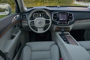Jakość, porządek i elegancja – tak w największym skrócie można opisać deskę rozdzielczą XC90. Jest tu tylko 8 przycisków, a większość funkcji auta obsługuje się za pomocą centralnego ekranu. /Motor