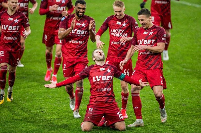 Jakub Błaszczykowski i inni piłkarze Wisły zamierzają pomóc klubowi przetrwać kryzys, godzą się na mniejsze pensje. Podobnie postąpił Śląsk Wrocław, ale za ich  przykładem nie ruszyły wszystkie kluby /Jakub Gruca  /Newspix