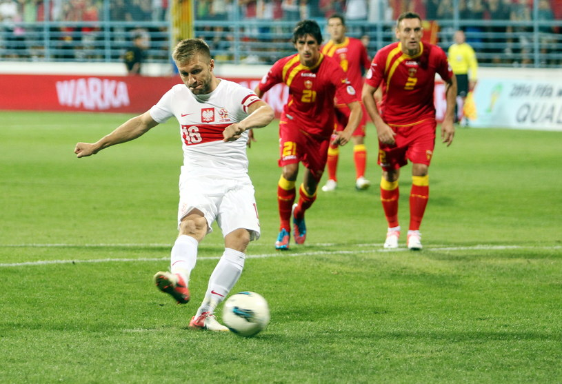 Jakub Błaszczykowski strzela bramkę w meczu z Czarnogórą w Podgoricy /Radek Pietruszka /PAP