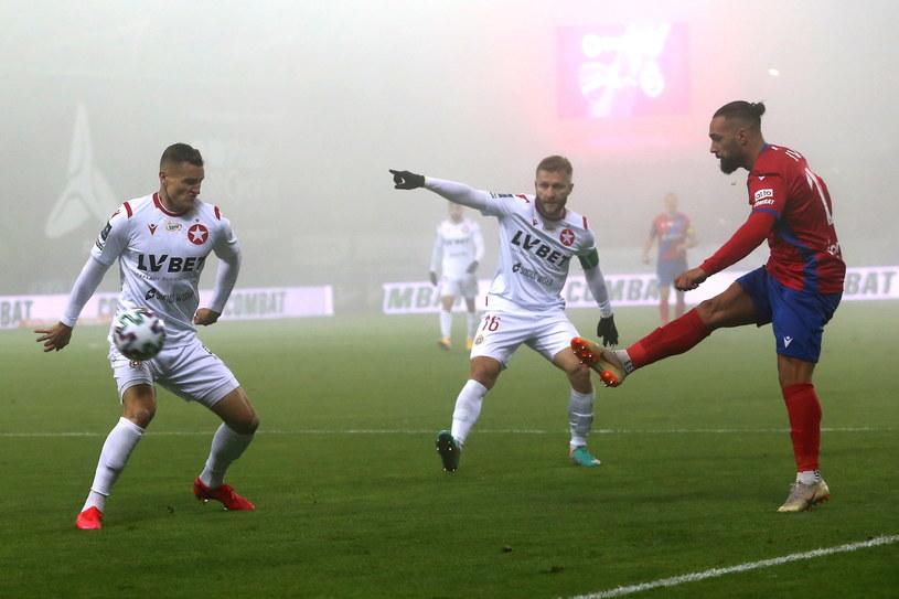 Jakub Błaszczykowski (w środku) w meczu z Rakowem /Waldemar Deska /PAP