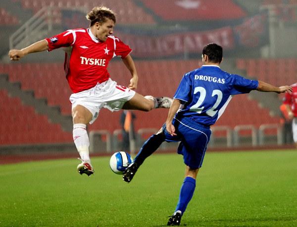 Jakub Błaszczykowski w starciu Wisły z Iraklisem Saloniki (z prawej Panagiotis Drougas) w Pucharze UEFA, we wrześniu 2006 r. Teraz wrócił do Wisły. /AFP