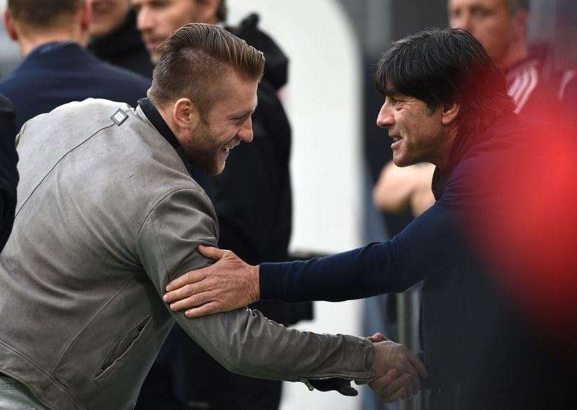 Jakub Błaszczykowski wita się przed meczem z trenerem Niemców Joachimem Loewem /AFP