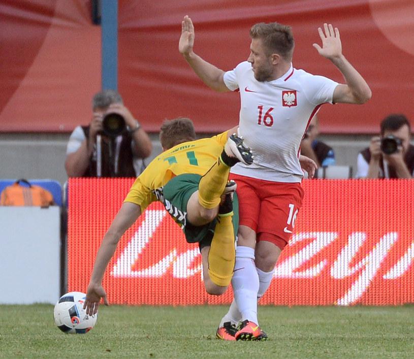Jakub Błaszczykowski (z prawej) podczas meczu Polski z Litwą /Bartłomiej Zborowski /PAP