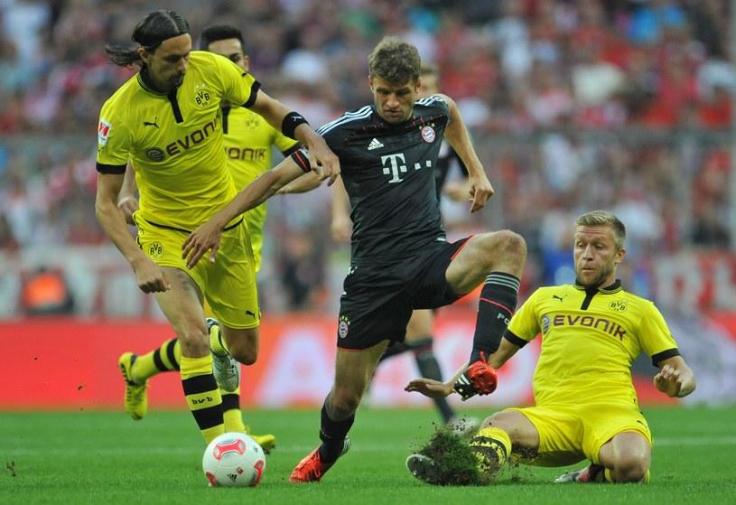 Jakub Błaszczykowski (z prawej) próbuje powstrzymać Thomasa Muellera z Bayernu /. /PAP/EPA
