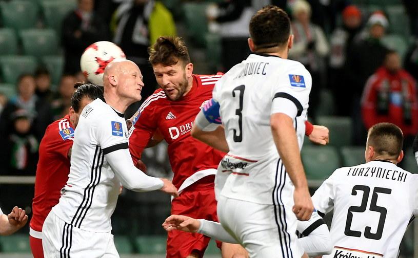 Jakub Czerwiński (z lewej) w walce o piłkę z Łukaszem Wróblem /Fot. Bartłomiej Zborowski /PAP