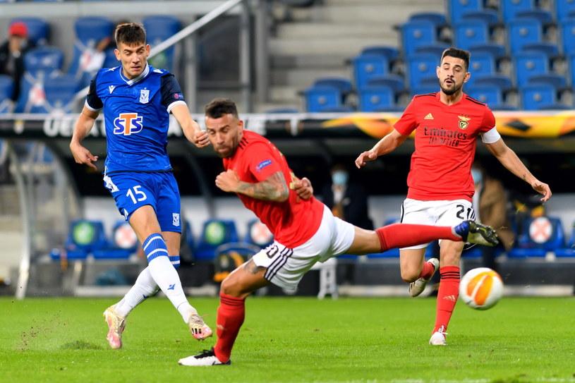 Jakub Moder (w niebieskiej koszulce) zagrał dobry mecz przeciwko Benfice /pap/Jakub Kaczmarczyk /PAP
