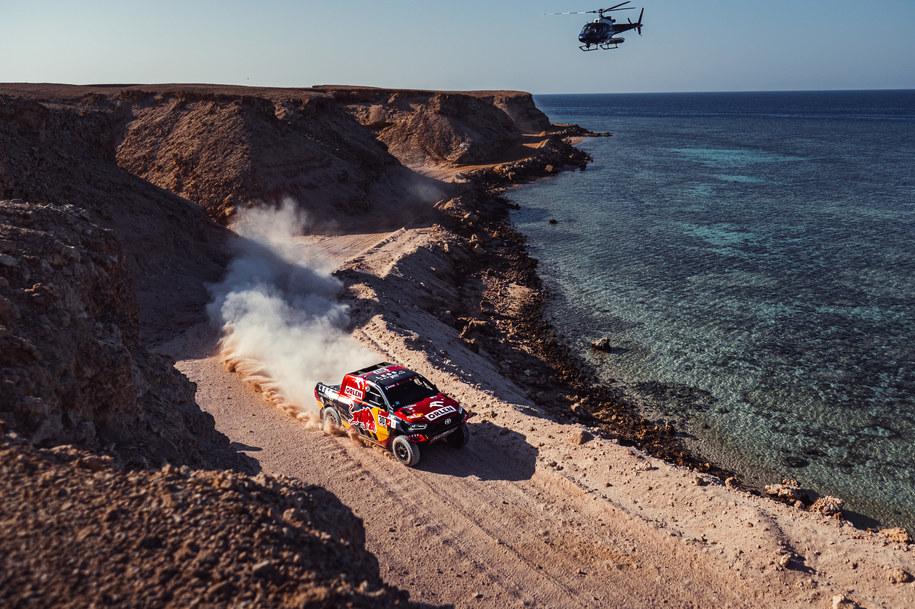 Jakub Przygoński, pomimo problemów jakie sprawiały mu cztery razy przebite opony na trasie 9. etapu, nadal jest czwarty w rywalizacji samochodów w Rajdzie Dakar /materiały prasowe /