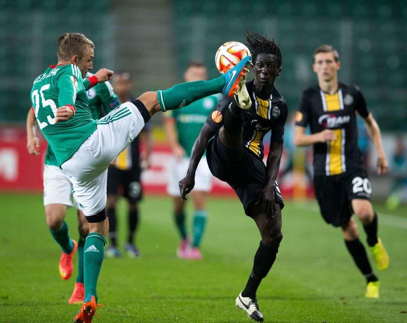 Jakub Rzeźniczak (z lewej) w akcji podczas meczu z Lokeren w LE /AFP