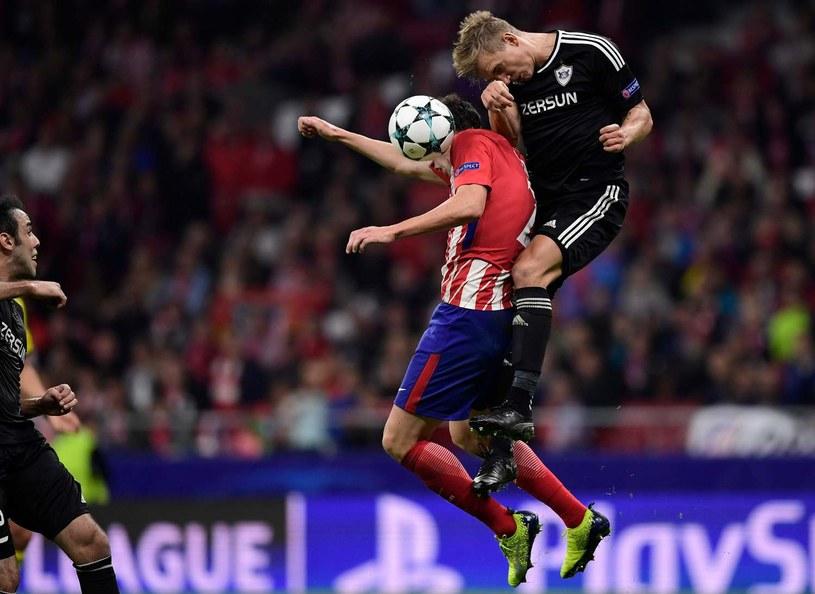 Jakub Rzeźniczak zatrzymuje Diega Godina z Atletico Madryt. /AFP