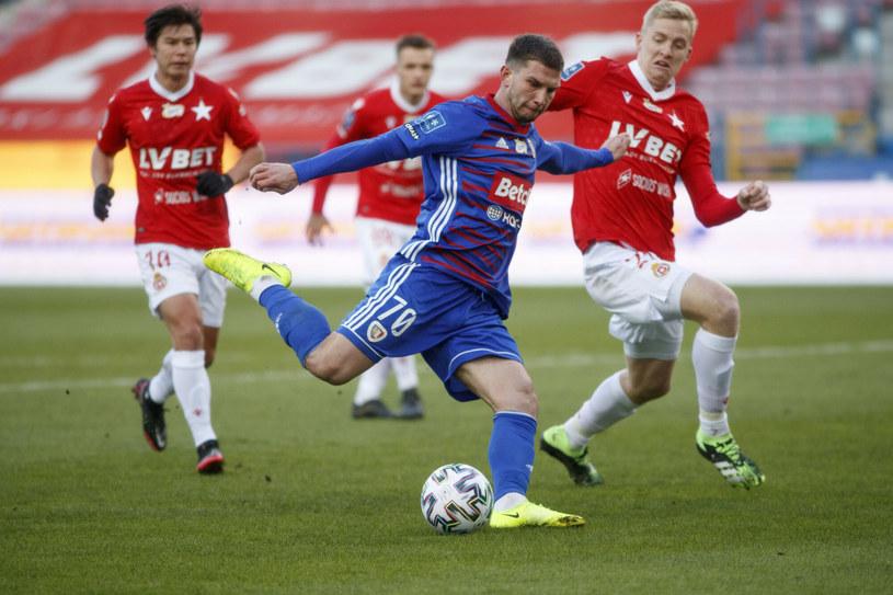 Jakub Świerczok (w niebieskiej koszulce) w meczu z Wisłą Kraków strzelił dwa gole /Jacek Łabędzki/REPORTER /East News