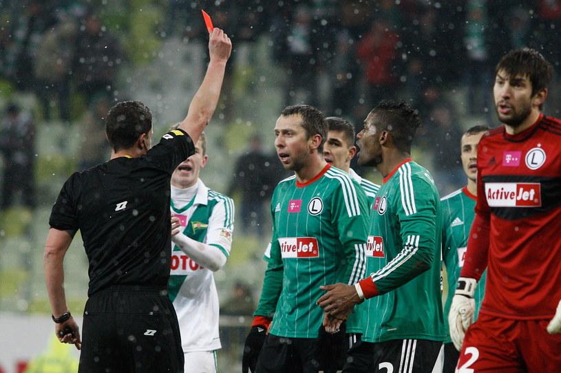 Jakub Wawrzyniak ogląda czerwoną kartkę /Adam Warżawa /PAP