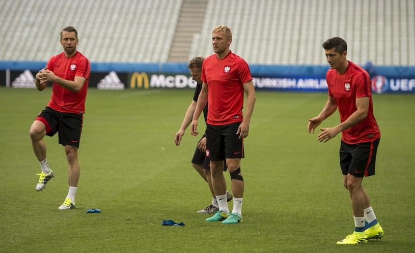 Jakub Wawrzyniak (z lewej) na treningach walczy, by zagrać na Euro 2016 choć minutę /CJ GUNTHER /PAP/EPA