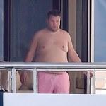 James Corden na wakacjach. Tak wygląda bez koszulki