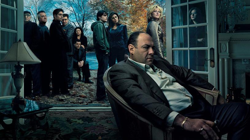 "James Gandolfini na grafice promującej serial ""Rodzina Soprano"" /materiały prasowe"