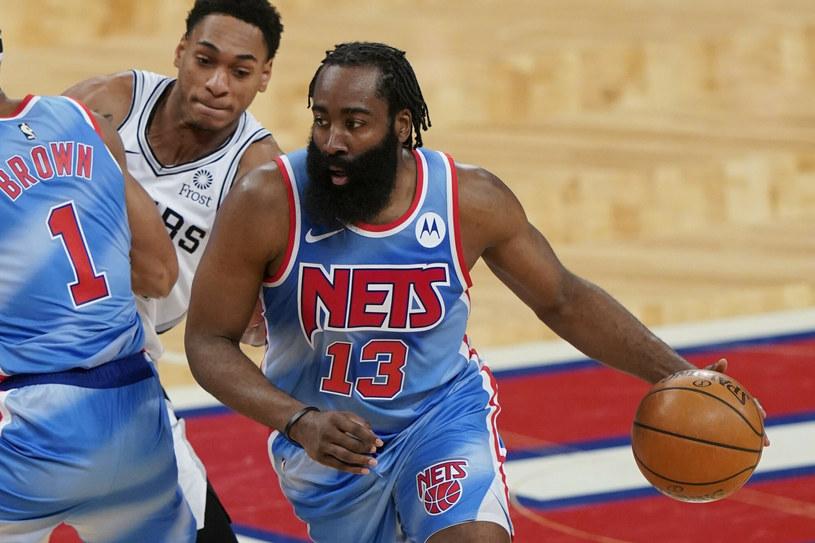 James Harden (z prawej) w starciu ze Spurs /AP/Associated Press/East News /East News