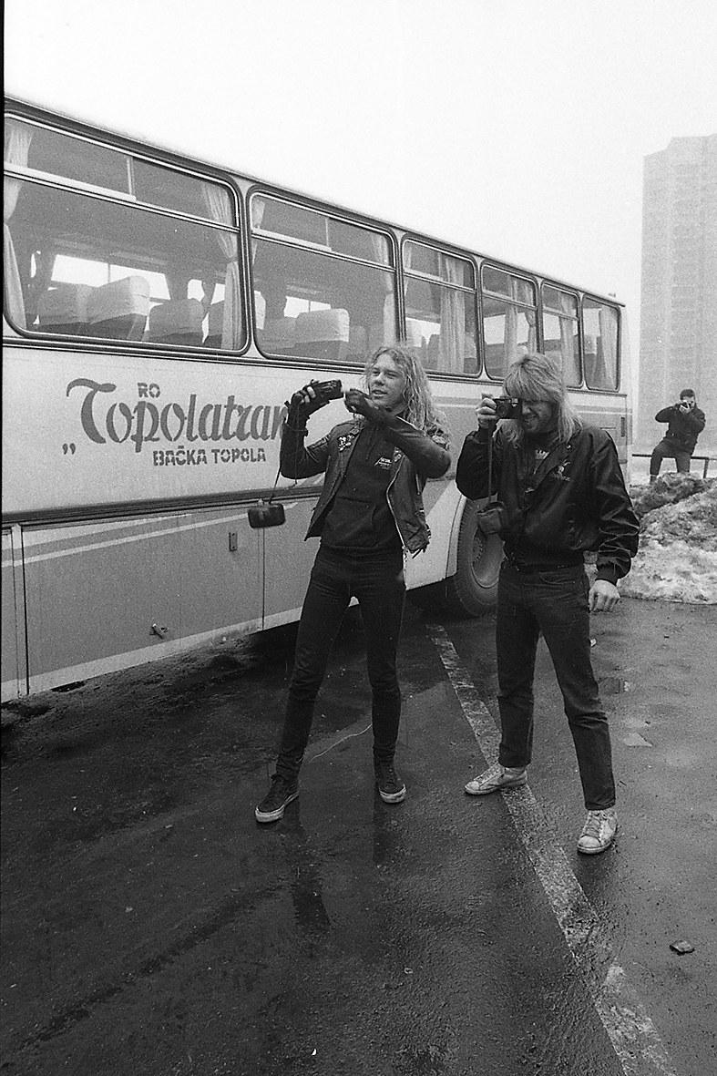 James Hetfield z grupy Metallica (z lewej) w roli fotografa w Polsce w 1987 r. /Maciej Głowaczewski /materiały prasowe