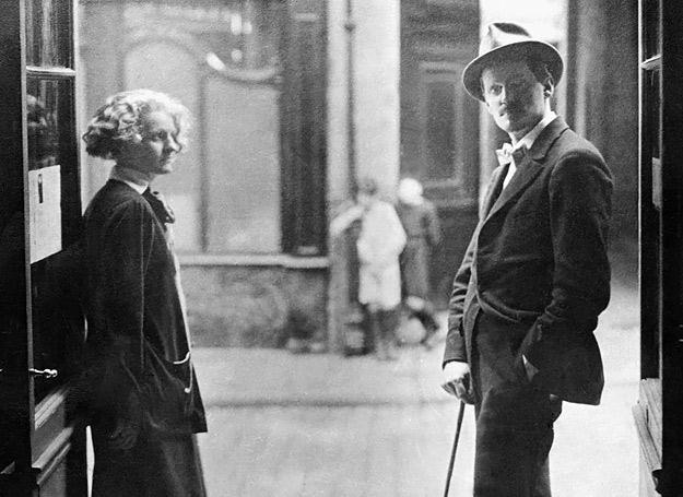 James Joyce (po prawej) z Sylvią Beach /AFP