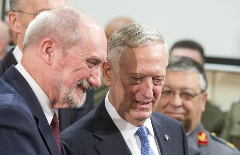 James Mattis i Antoni Macierewicz podczas posiedzenia ministrów obrony krajów członkowskich NATO /STEPHANIE LECOCQ  /PAP/EPA