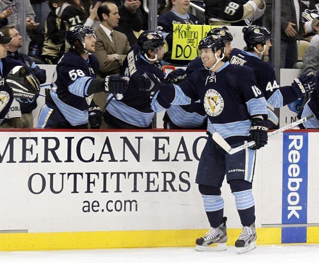 James Neal (Pittsburgh Penguins) odbiera gratulacje za strzelenie gola. /AFP