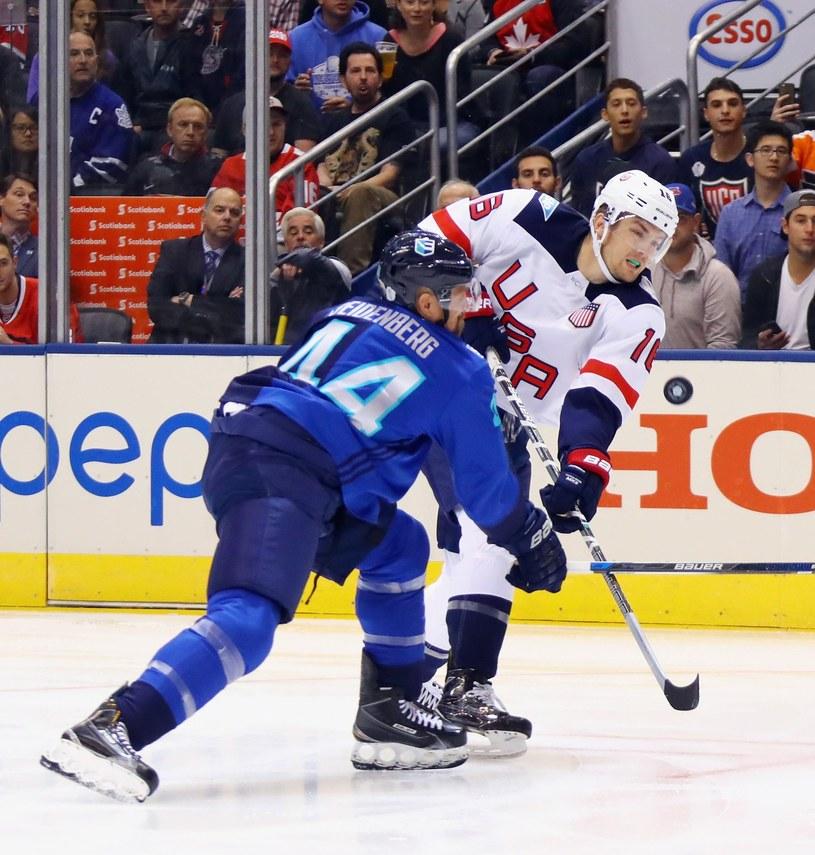 James van Riemsdyk #16 bronił barw USA na Pucharze Świata (tu walczy z Dennisem Seidenbergiem z Europy). Już wkrótce zobaczymy go w barwach Toronto Maple Leafs. /AFP