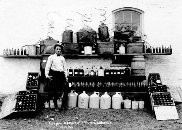 James Vincenzo Capone ze swoimi licznymi zdobyczami. Skuteczne metody działania sprawiły, iż stał on się postrachem wśród przemytników alkoholu /nebraskarules.tripod.com /materiały prasowe