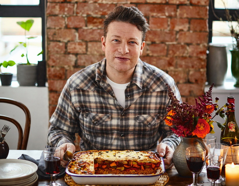 Jamie Oliver od lat zachęca do rodzinnego gotowania /David Loftus i Jamie Oliver /materiały prasowe