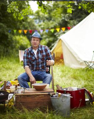 Jamie Oliver udowodni, że nawet w polowych warunkach można przyrządzić smaczne potrawy /  /materiały prasowe