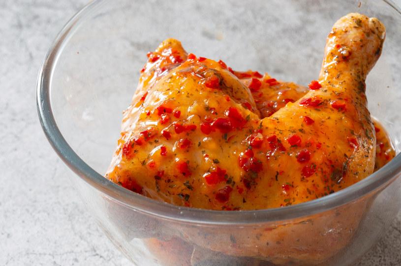 Jamie Olivier chętnie inspiruje się kuchniami świata. Kurczak peri peri należy do najpopularniejszych przepisów, jakie wylansował /123RF/PICSEL