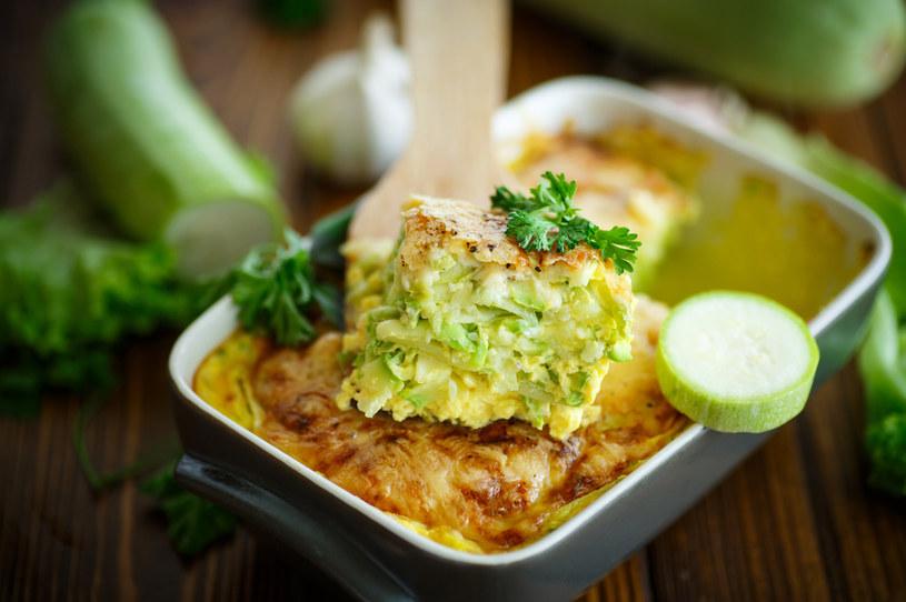 Jamie Olivier proponuje proste przepisy z lokalnych produktów. Dlatego ludzie na całym świecie chętnie przygotowują takie dania jak zapiekanka z cukinii z trzema rodzajami serów /123RF/PICSEL