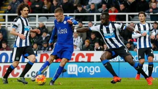 Jamie Vardy (niebieski strój) strzela na bramkę Newcastle United /AFP