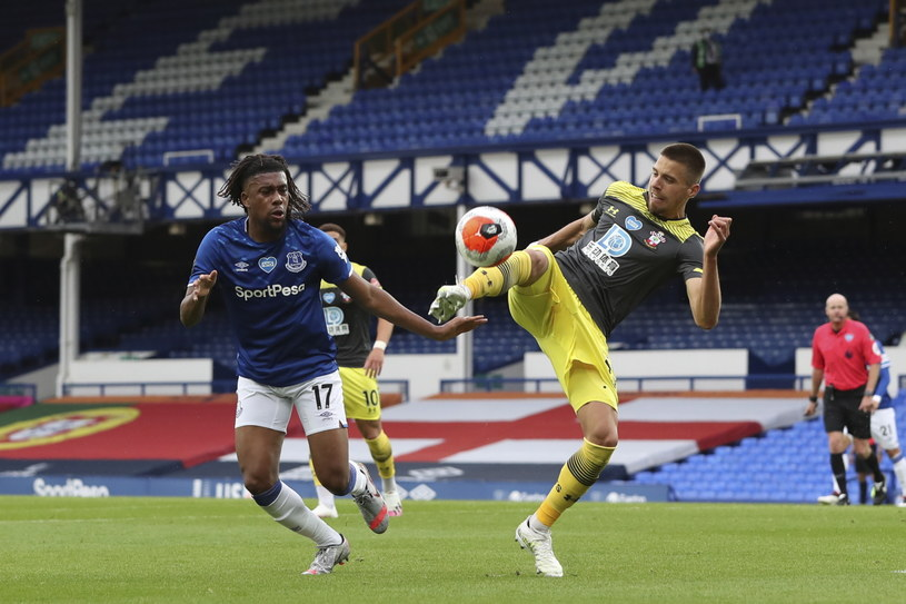 Jan Bednarek w meczu z Evertonem /Peter Byrne   /PAP/EPA