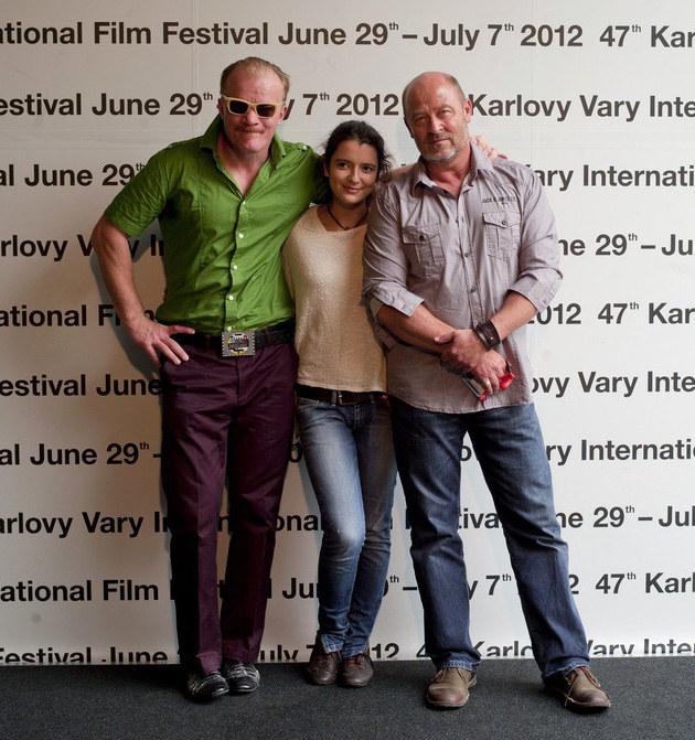Jan Jakub Kolski (P) z Olą i Erykiem Lubosem na festiwalu w Karlovych Varach /East News