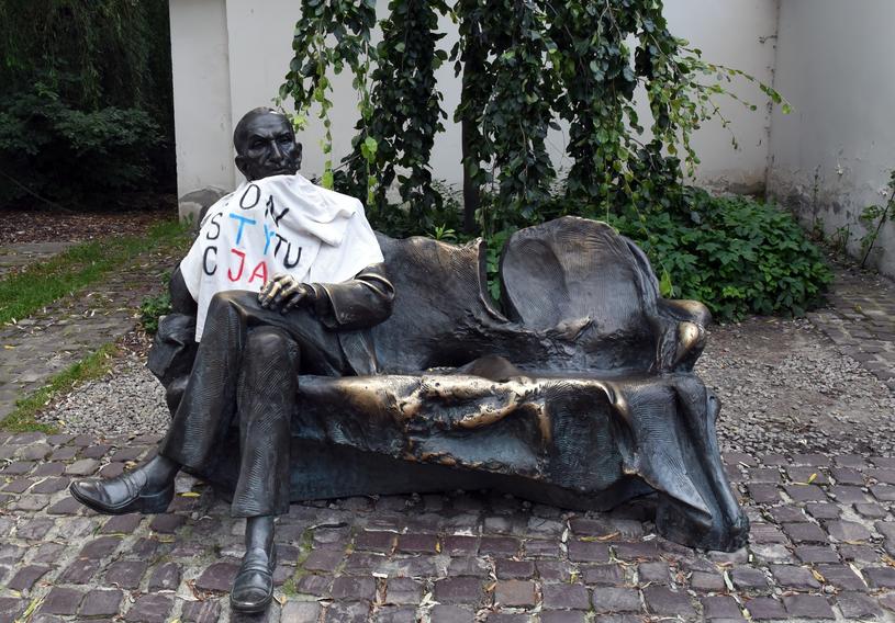 Jan Karski siedzący na ławeczce na krakowskim Kazimierzu /Marek Lasyk  /East News